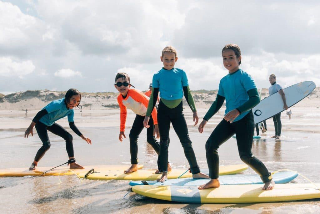 familiecamp-debredeplanker-børn-surfcamp-frankrig-lærsurf-surfing-børn-surfboard