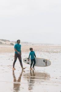 familiecamp-debredeplanker-børn-surfcamp-frankrig-lærsurf-surfing-far-son-surf