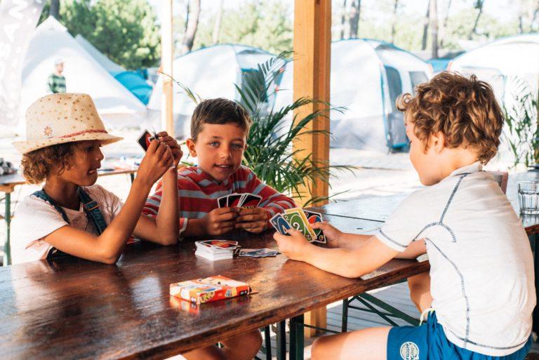 familiecamp-debredeplanker-børn-surfcamp-frankrig-lærsurf-surfing-kort-drenge-hygge