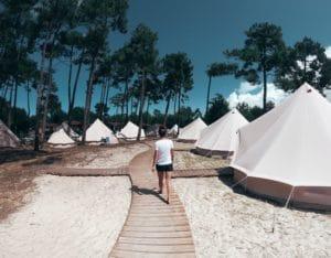 familiecamp-debredeplanker-børn-surfcamp-frankrig-lærsurf-surfing-telte-tipier